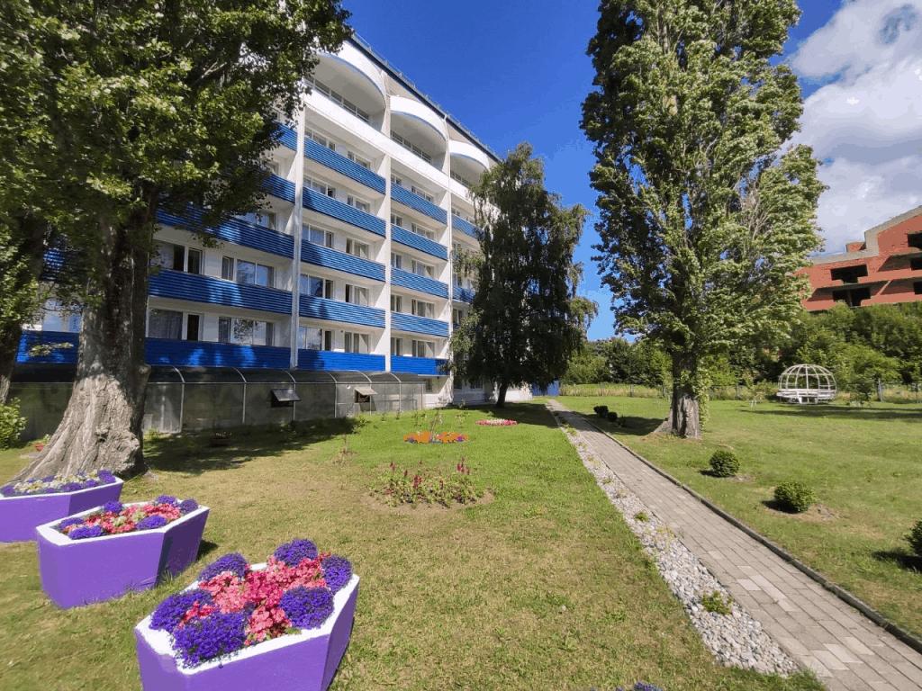 Вид на корпус гостиницы Волна Светлогорск со двора