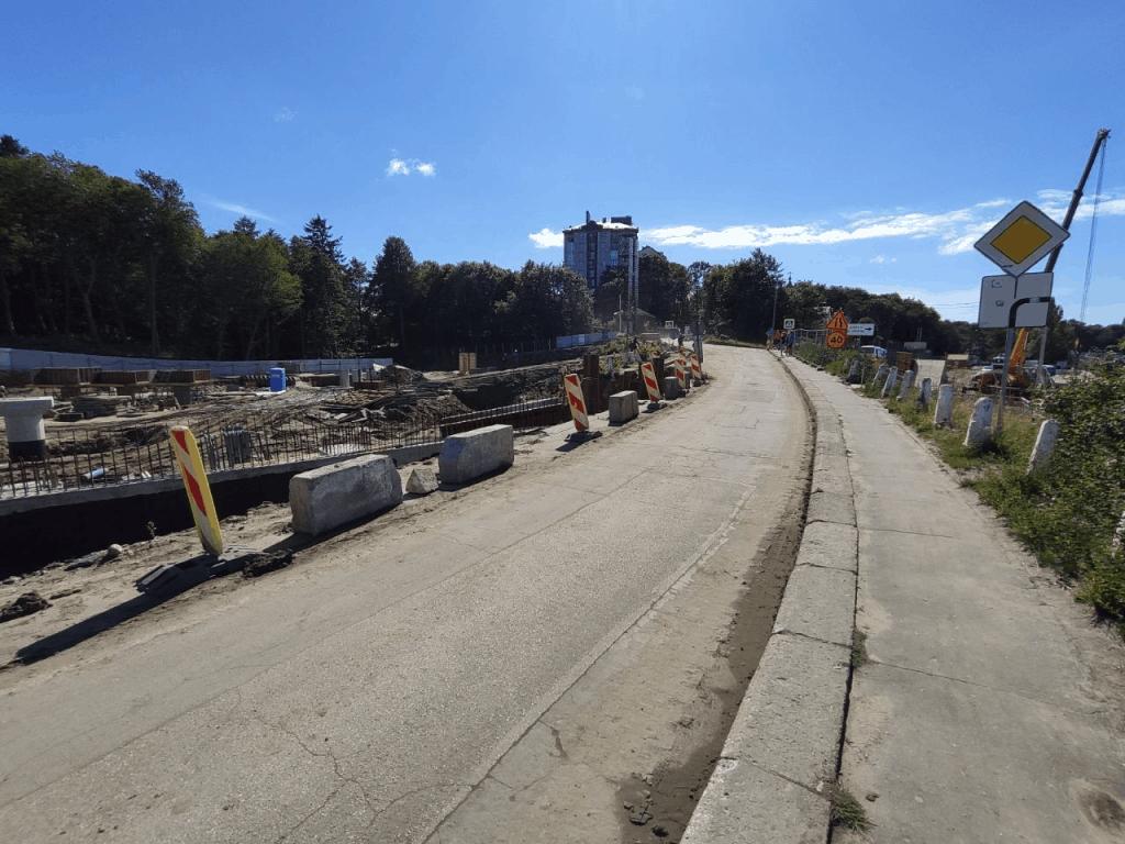 Ремонтируемая дорога к гостинице Круиз Пионерский