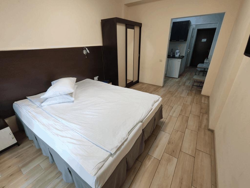 Гостиница Круиз Пионерский. Апартаменты с балконом. Спальня