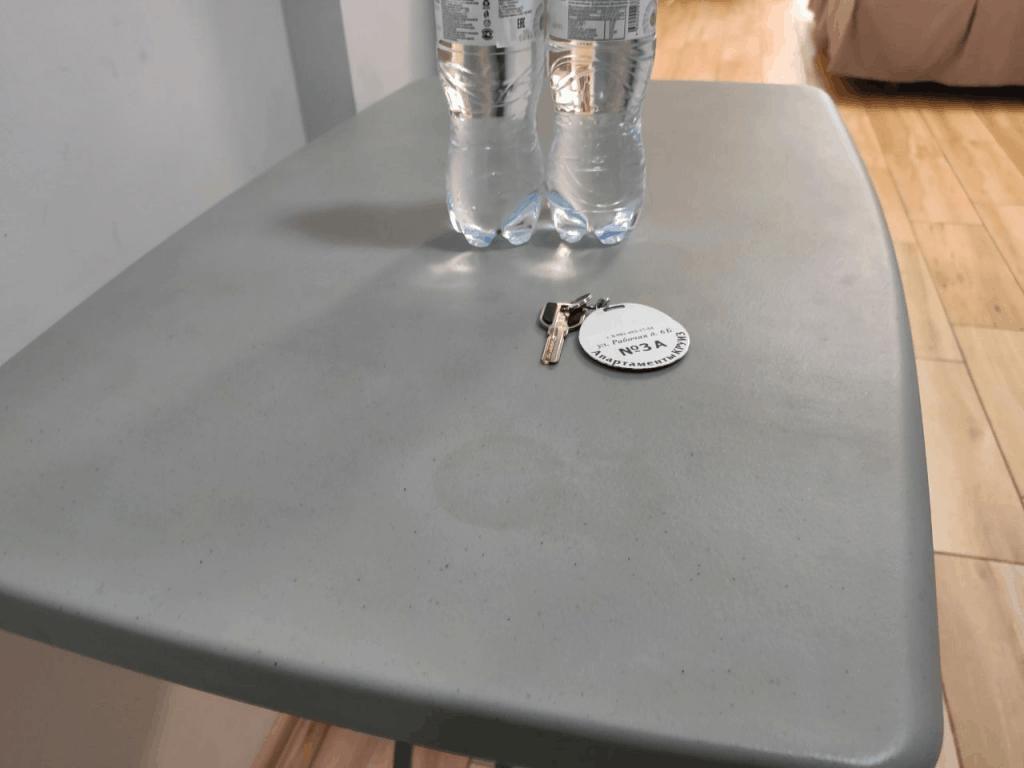Гостиница Круиз Пионерский. Кухонный стол с пятнами