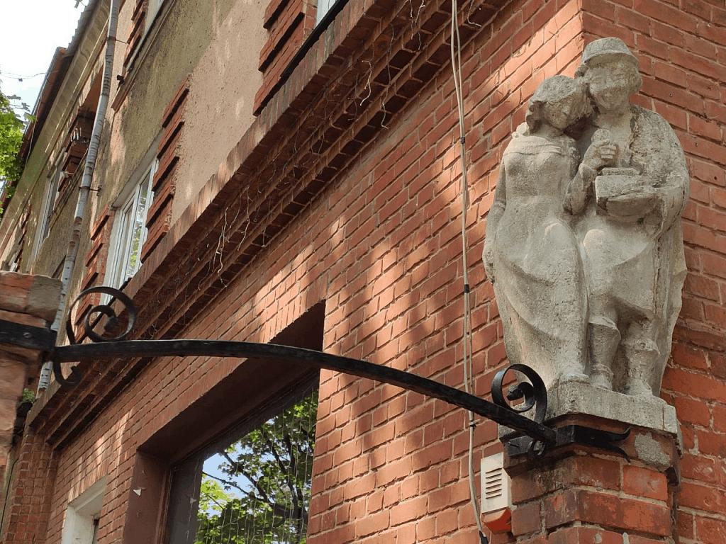 "Скульптура ""Мужчина и девушка"" на ул. Чернышевского"