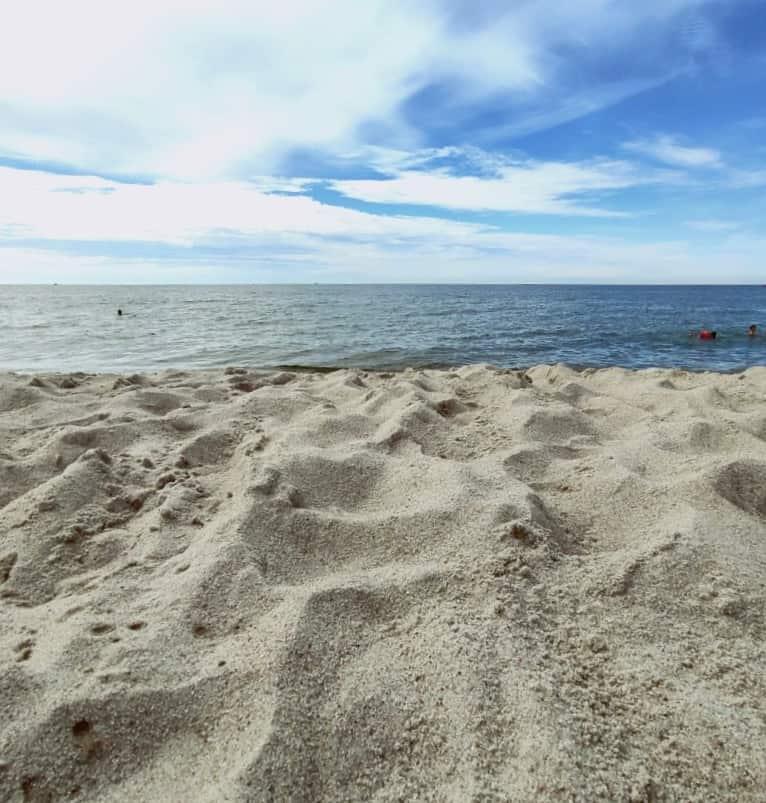 Песок на пляже Янтарный