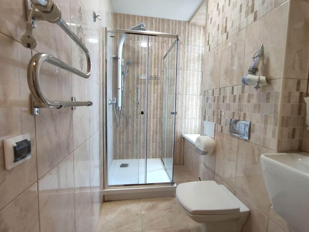 """Отель """"Золотая миля"""" Зеленоградск. Ванная комната с окном"""