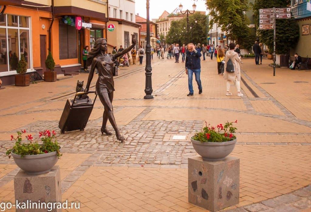 Достопримечательности Зеленоградска - скульптура Курортница