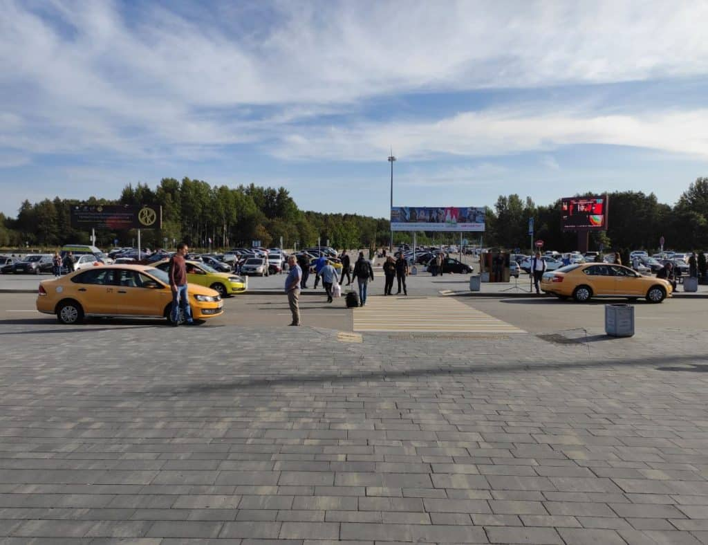 Стоянка такси в аэропорту Храброво